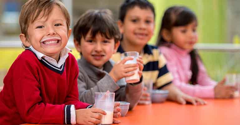 kids-drinking-milk-cafeteria-food-management.jpg
